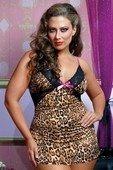 Леопардовое платье с открытой спиной.