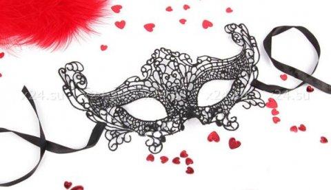 Чёрная ажурная маска на завязочках