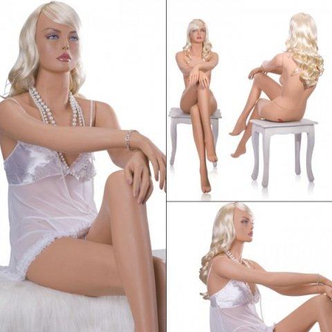 Манекен девушка сидячий, нога на ногу с париком блонд