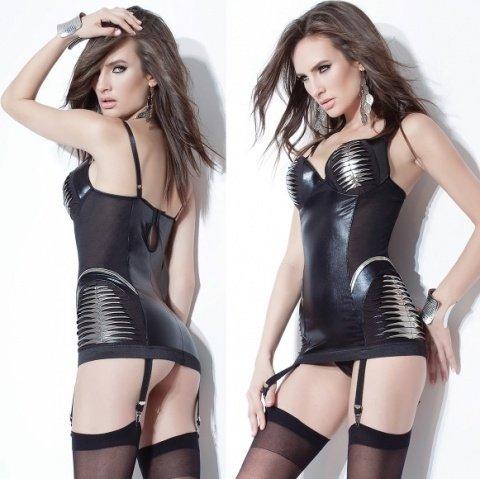 Короткое платье с серебристой отделкой