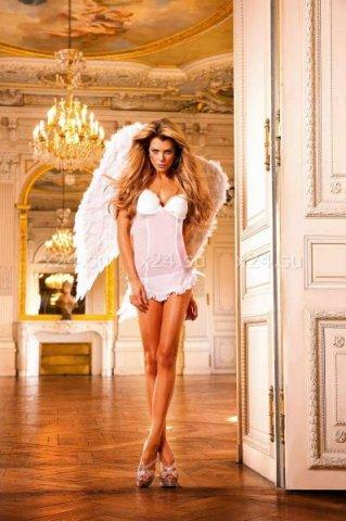 Белое платье-рубашка в мелкую сетку